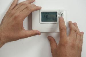 Eine Funk Heizungsthermostateinheit, bei der gerade die Temperatur für die Heizungskörper reguliert wird