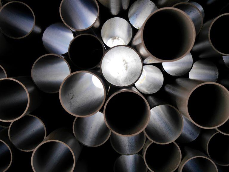 Mehrere aufeinandergestapelte Kunststoffrohre, durch die man hindurchschauen kann.