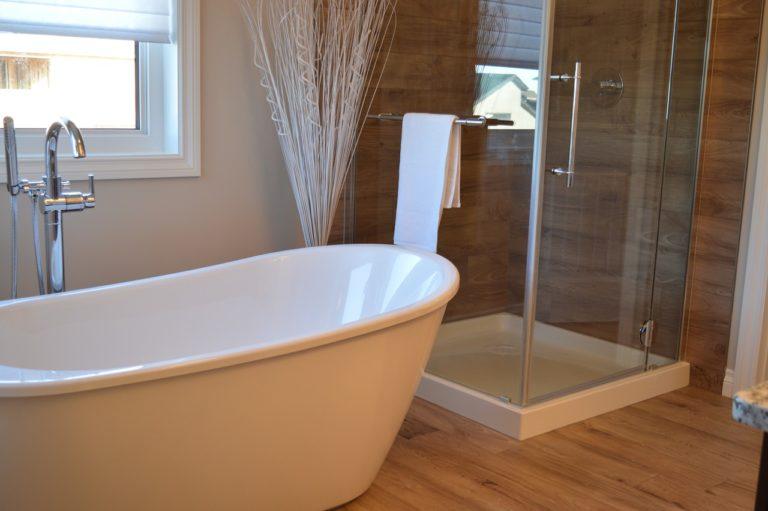 In Einem Badezimmer Steht Neben Einer Wanne Eine Dusche