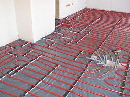 Rohre einer frisch verlegten Fußbodenheizung